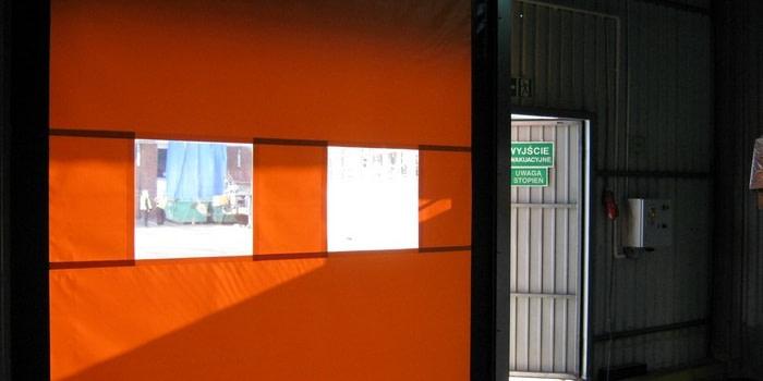 Brama szybkobieżna jako oddzielenie placu przeładunkowego od hali magazynu
