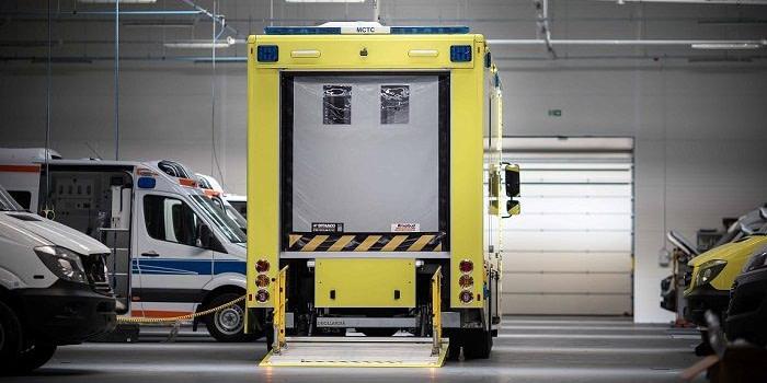 Nowoczesne ambulanse z bramami szybkobieżnymi na ulicach Hongkongu