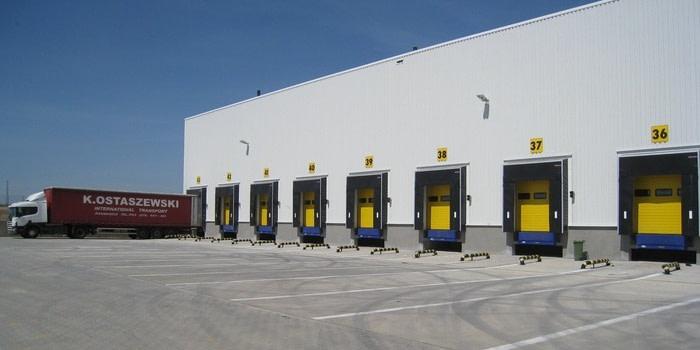 Zachowanie płynności obsługi dużego natężenia ruchu pojazdów dostawczych – bramy segmentowe